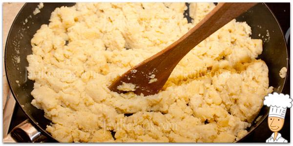 Añadir harina para hacer las gachas