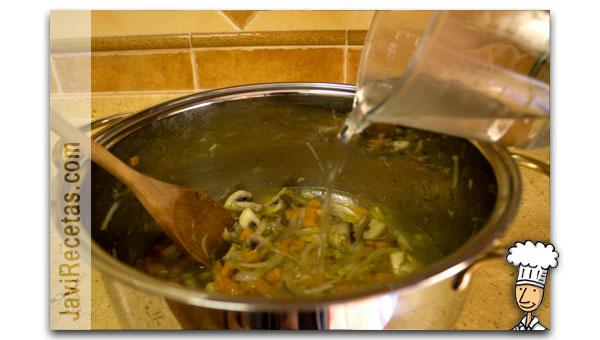Añadir agua a las verduras del Caldo