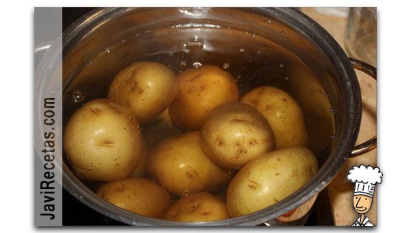 Cociendo las patatas de nuestro Puré de Patatas