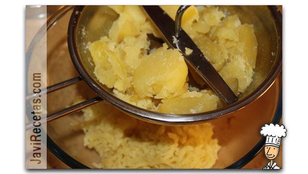 Pasando las patatas por el pasapuré