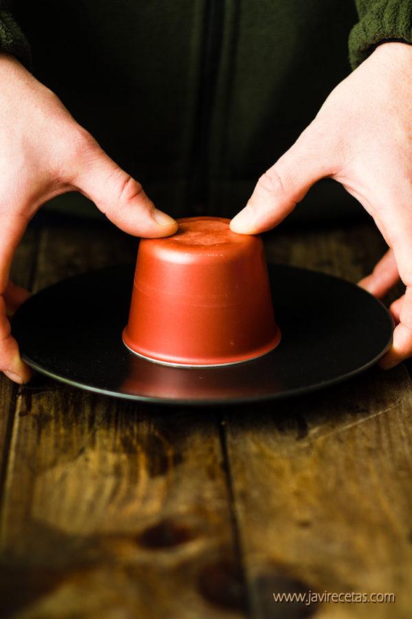 Molde de flan boca abajo sobre un plato antes de desmoldar