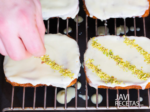 Decorando las torrijas con los pistachos